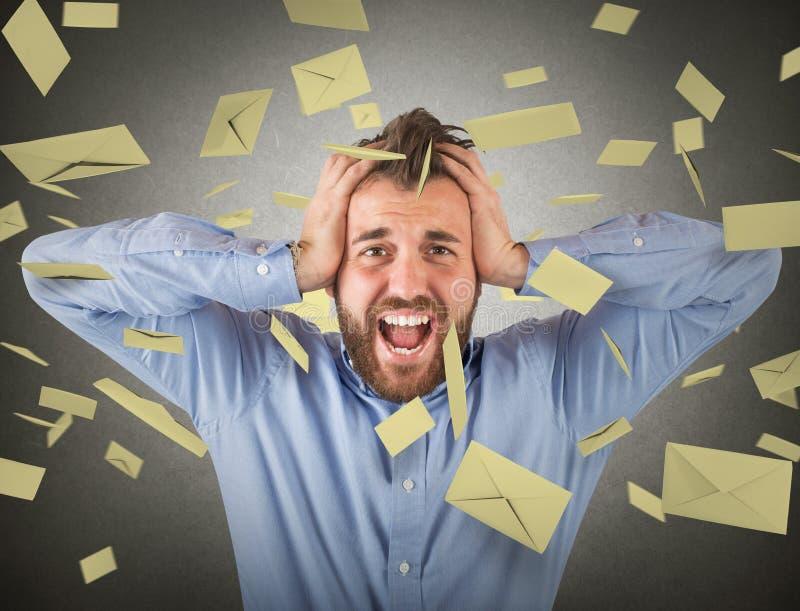 Zakenman en e-mailspam stock afbeelding