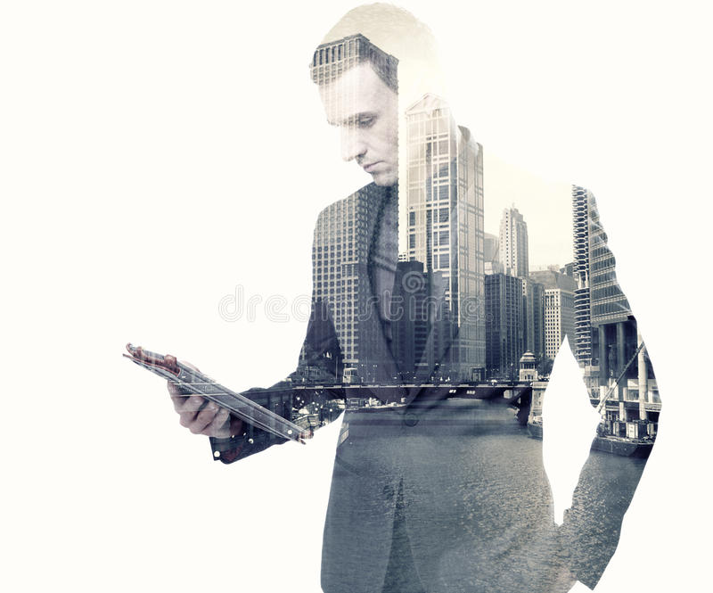 Zakenman en een stad die een tablet gebruiken stock afbeelding