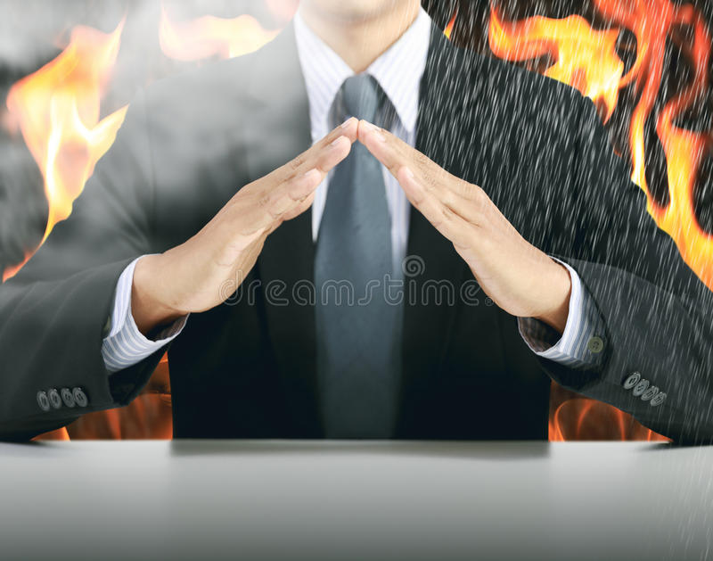 Zakenman en handdekking met brandachtergrond stock afbeeldingen