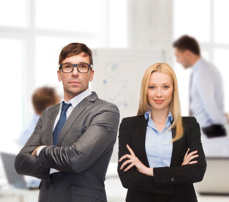 Zakenman en onderneemster in de voorzijde van team royalty-vrije stock afbeelding