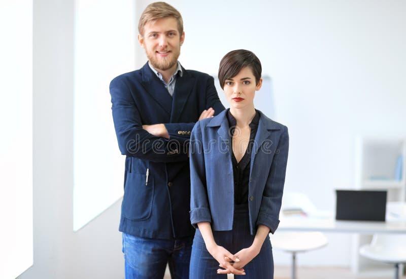 Zakenman en onderneemster die zich in het bureau bevinden Het werk van het team royalty-vrije stock foto's