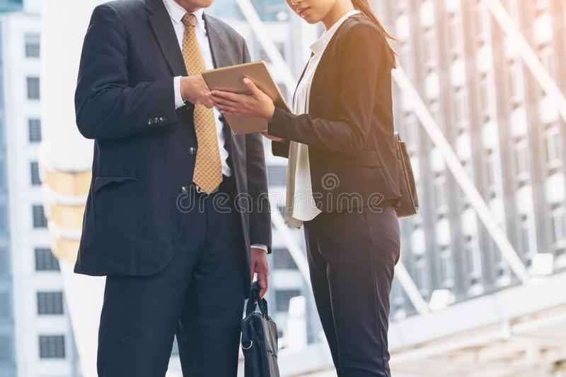 Zakenman en Onderneemster Discussion met Tablet royalty-vrije stock foto