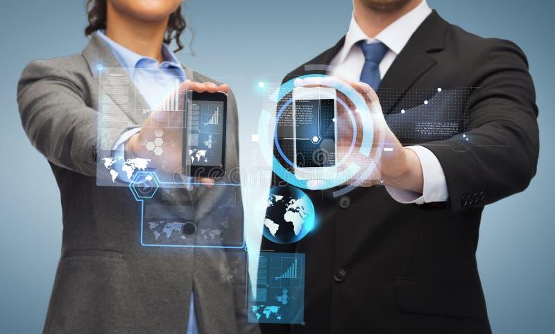 Zakenman en onderneemster met smartphones royalty-vrije stock foto's