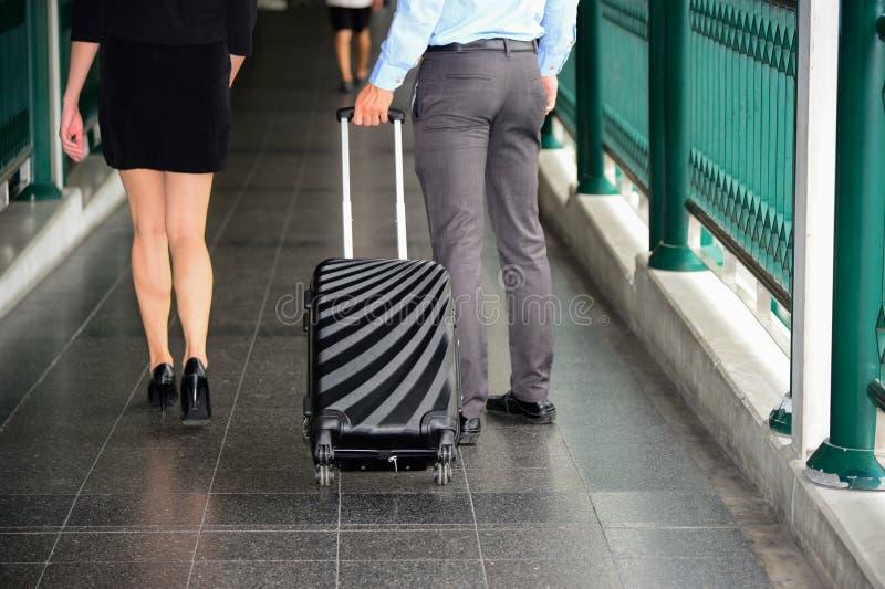 Zakenman en onderneemstergang samen met zwarte bagage stock fotografie