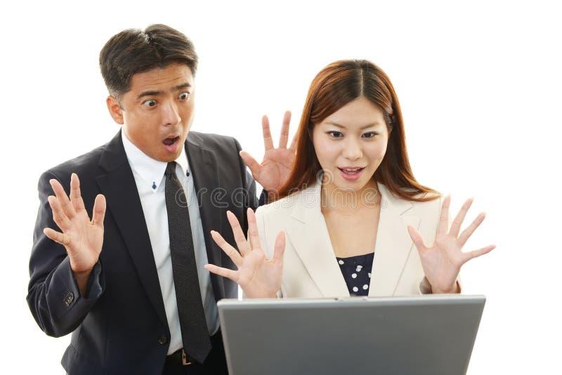 Zakenman en onderneemsters die laptop met behulp van stock afbeelding