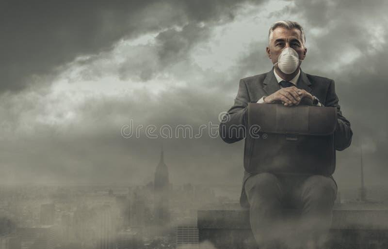 Zakenman en verontreinigde stad royalty-vrije stock afbeelding