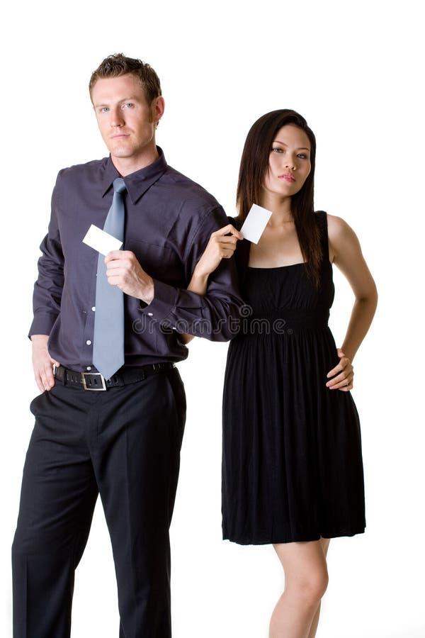 Zakenman en vrouw die lege bussinessauto tonen royalty-vrije stock afbeelding