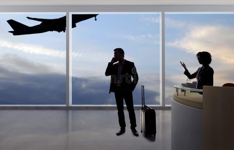 Zakenman Fighting met Steward of Receptionnist bij de Luchthaven royalty-vrije stock fotografie