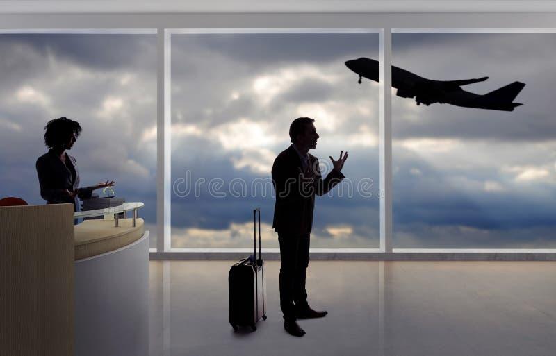 Zakenman Fighting met Steward of Receptionnist bij de Luchthaven stock foto