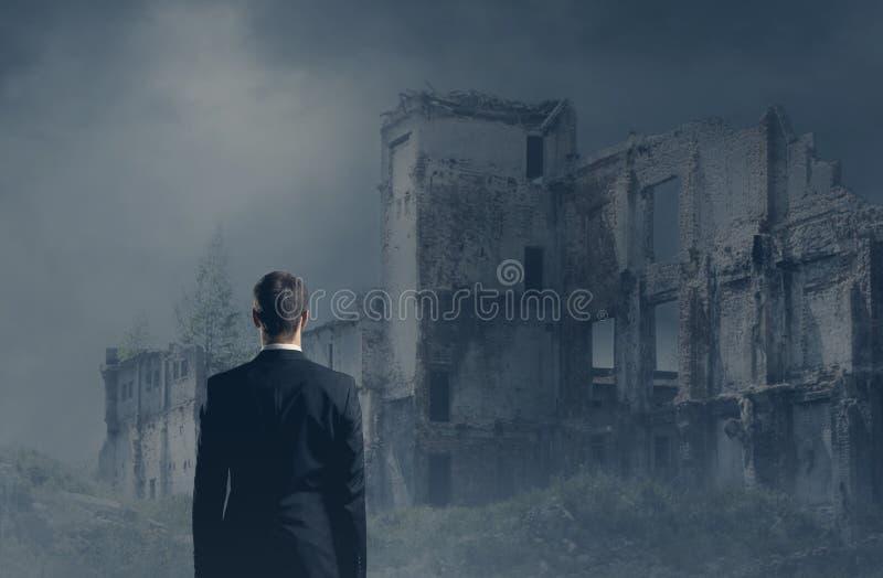 Zakenman in formalwear over donkere achtergrond Zaken, financi?n, carri?re en bureauconcept stock afbeeldingen