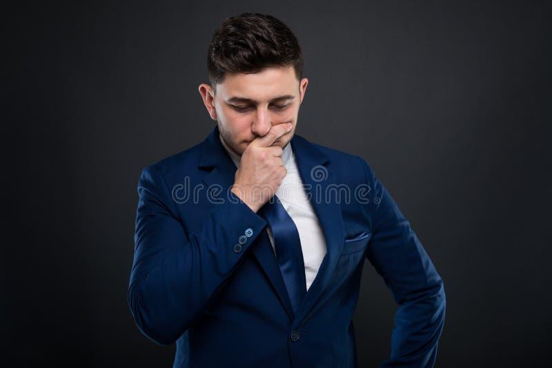 Zakenman in formalwear zitting in peinzende stemming royalty-vrije stock foto