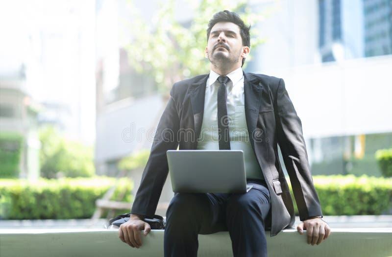 Zakenman gebruikend laptop verstandzitting in een bank en binnen ontspannend stock fotografie