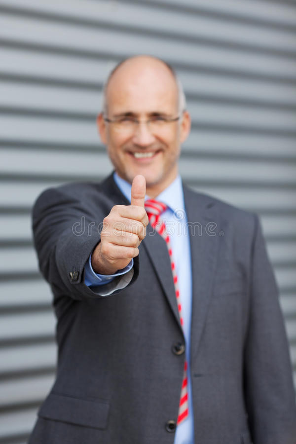 Zakenman Gesturing Thumbs Up tegen Blind stock foto's