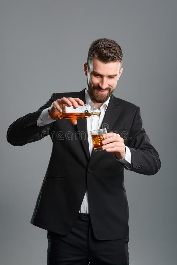 Zakenman gietende wisky in glas royalty-vrije stock foto