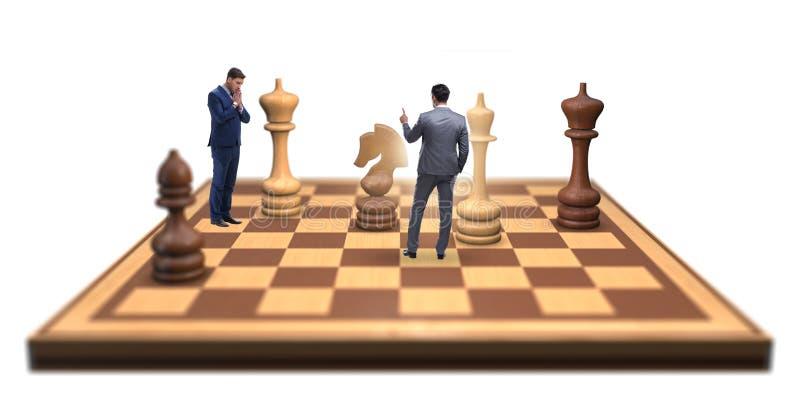 Zakenman in grote schaakraad in strategieconcept stock foto