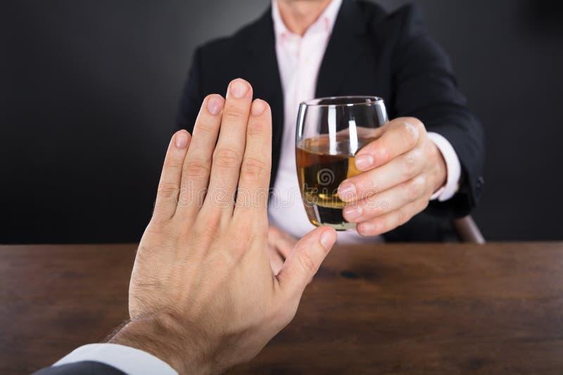 Zakenman Hand Rejecting een Glas Whisky royalty-vrije stock afbeelding