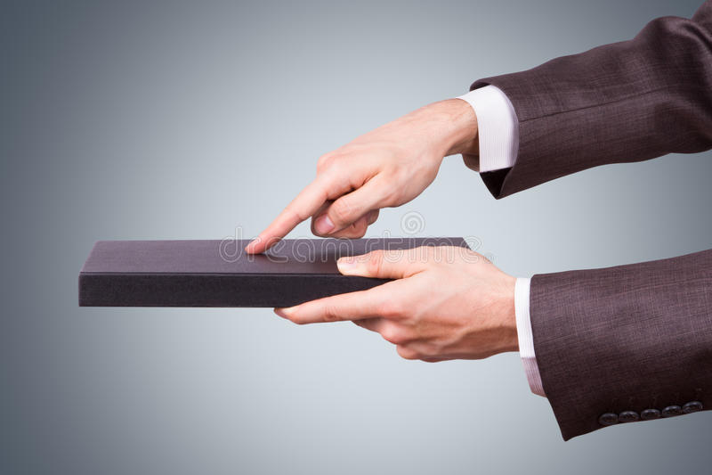 Zakenman Hand Touching Book als Tablet stock foto's