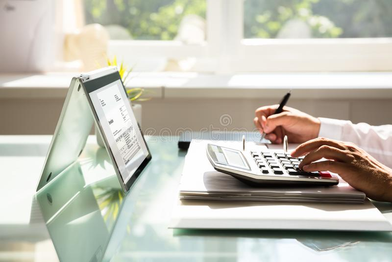 Zakenman het berekenen rekening die calculator gebruiken stock foto
