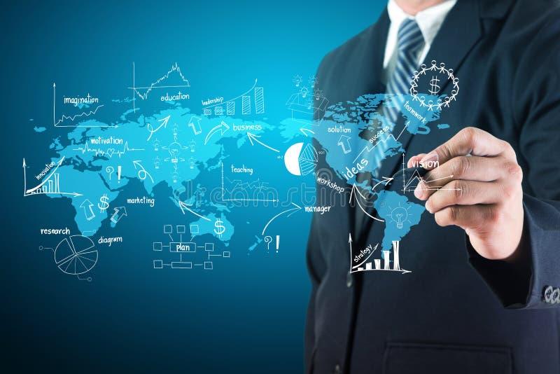 Zakenman het creatieve trekken op de grafiek en de grafieken van de wereldkaart stock afbeelding