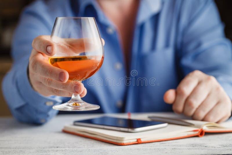 Zakenman het drinken cognac stock fotografie