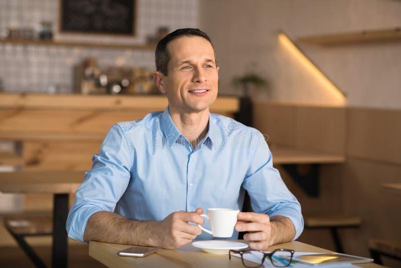 Zakenman het drinken koffie in koffie royalty-vrije stock afbeelding