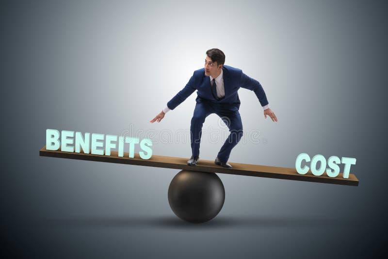 Zakenman het in evenwicht brengen tussen kosten en voordeel halen uit bedrijfsconce stock foto