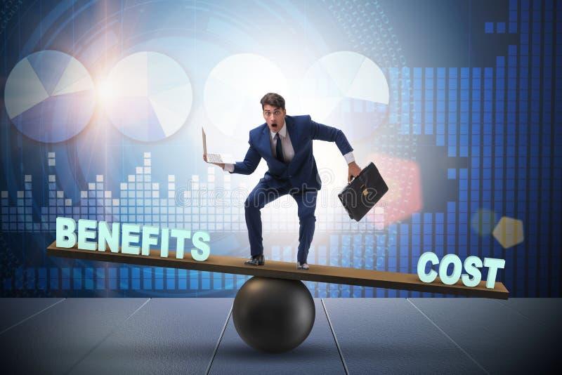 Zakenman het in evenwicht brengen tussen kosten en voordeel halen uit bedrijfsconce stock afbeeldingen
