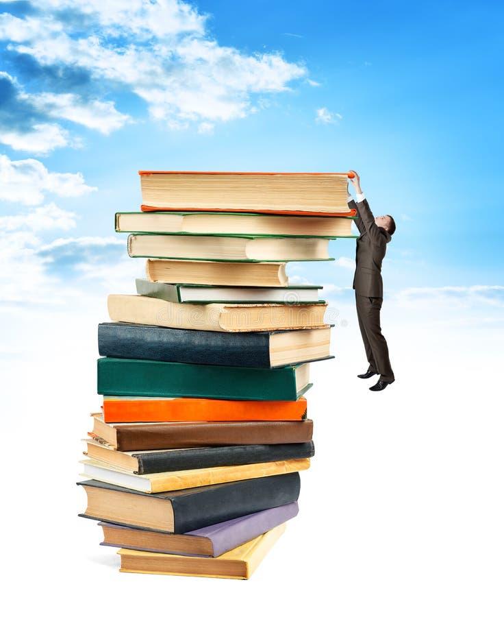 Zakenman het hangen bovenop stapelboeken vector illustratie