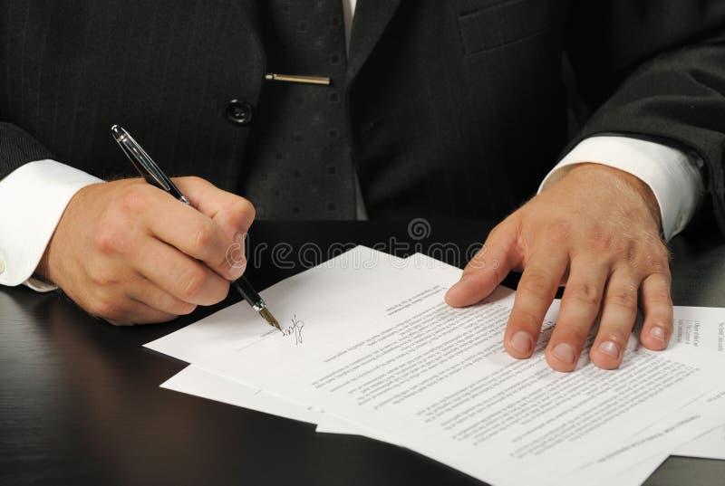 Zakenman het het ondertekenen contract royalty-vrije stock fotografie