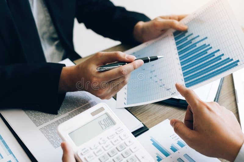 Zakenman het kijken de grafiek en het rapport over document financieren begrotingsdocument met de gegevensresultaat van analyseko royalty-vrije stock afbeeldingen