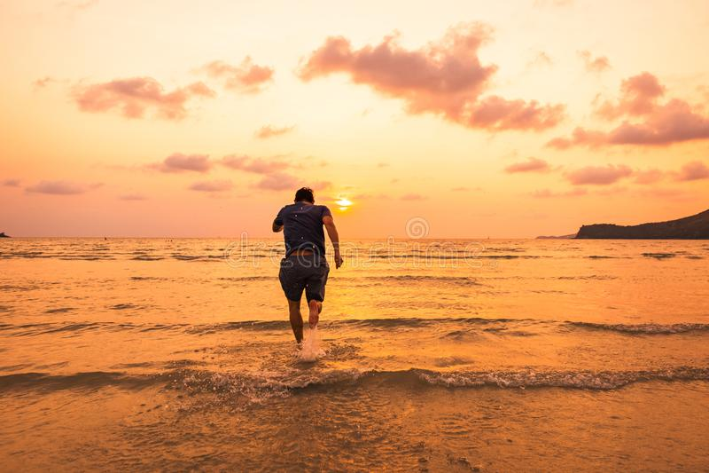 Zakenman het lopen, atleet in zonsondergangtijd in werking wordt gesteld, gezonde levensstijl ontspant concept dat stock afbeelding