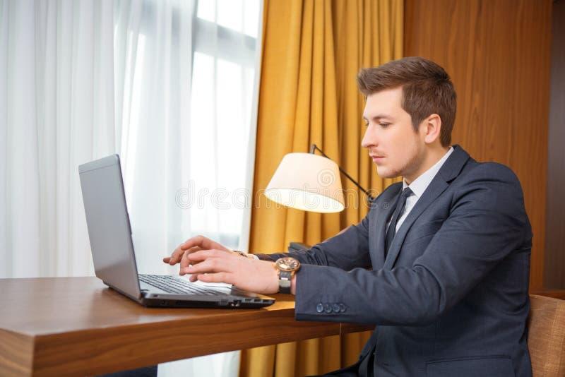 Zakenman in het luxehotel stock foto