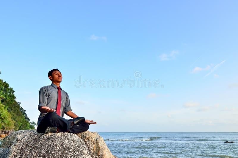 Zakenman het mediteren royalty-vrije stock afbeeldingen