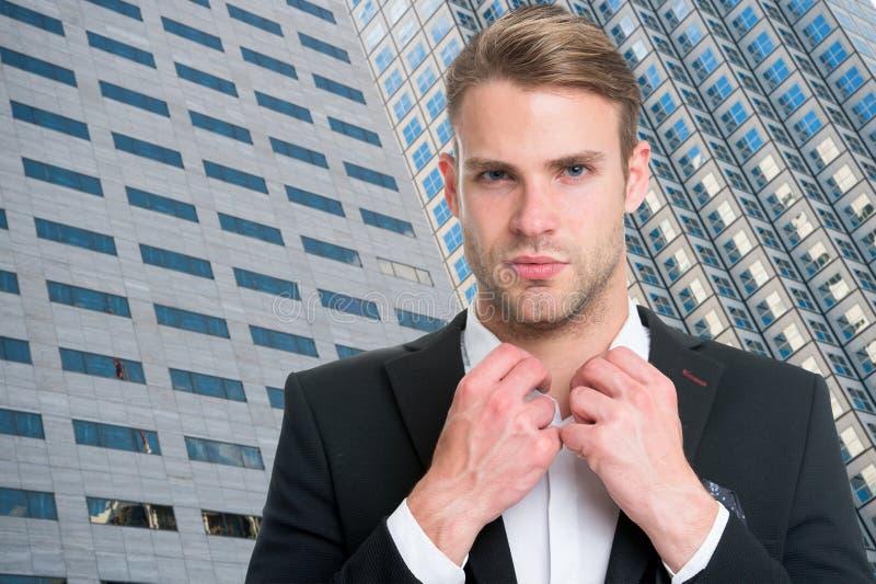 Zakenman in het moderne leven het succesvolle leven van moderne zakenman zakenmanmakelaar in onroerend goed op moderne de bouwach stock afbeelding