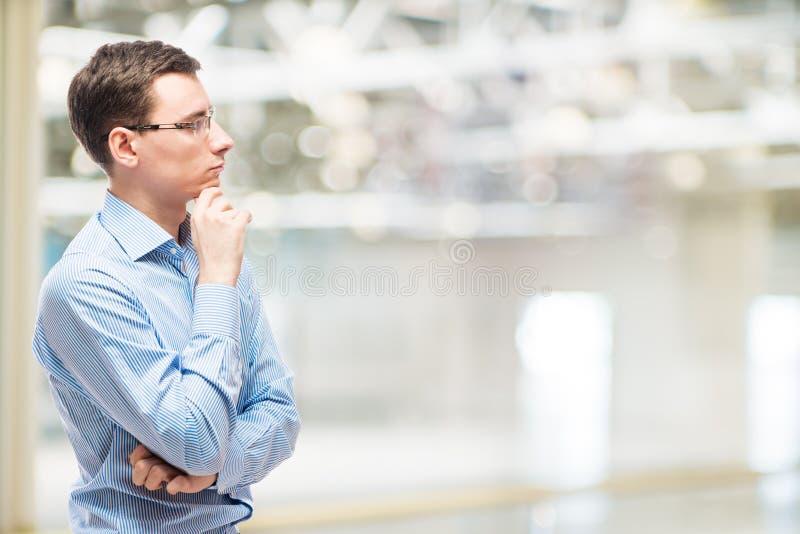 Zakenman het nadenken bedrijfsstrategie, portret royalty-vrije stock afbeelding