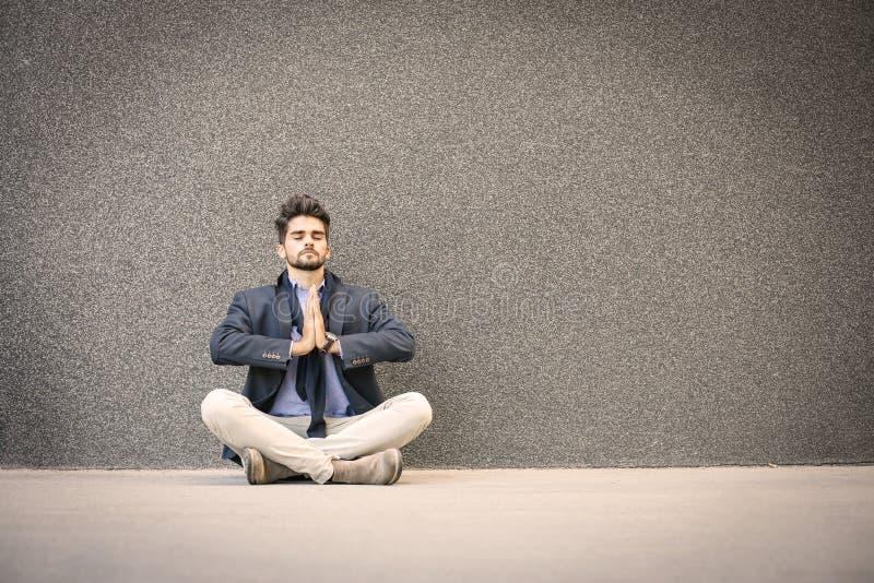 Zakenman het praktizeren yoga op de straat Ruimte voor exemplaar royalty-vrije stock fotografie