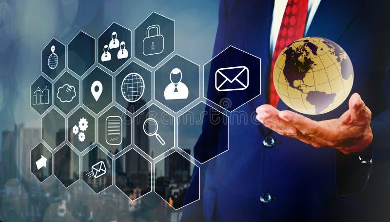 Zakenman het programing en controle met het virtuele raad drijven royalty-vrije stock afbeeldingen