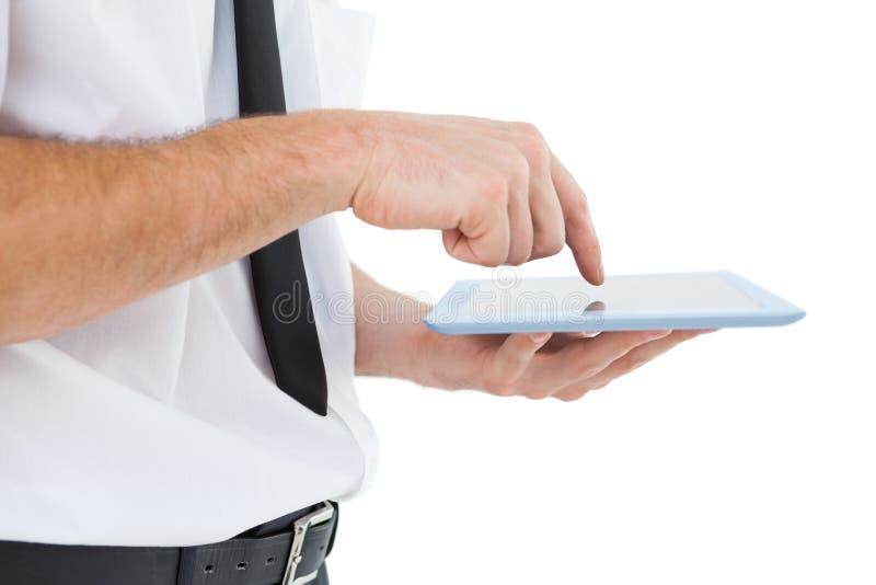 Zakenman het scrollen op zijn tabletpc stock foto