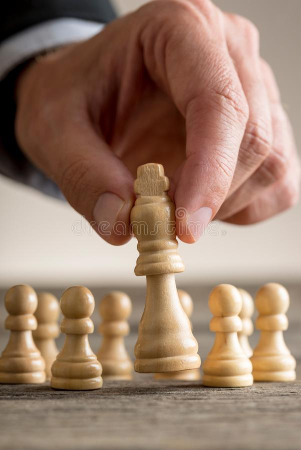 Zakenman het spelen schaak die het koningsstuk bewegen stock fotografie