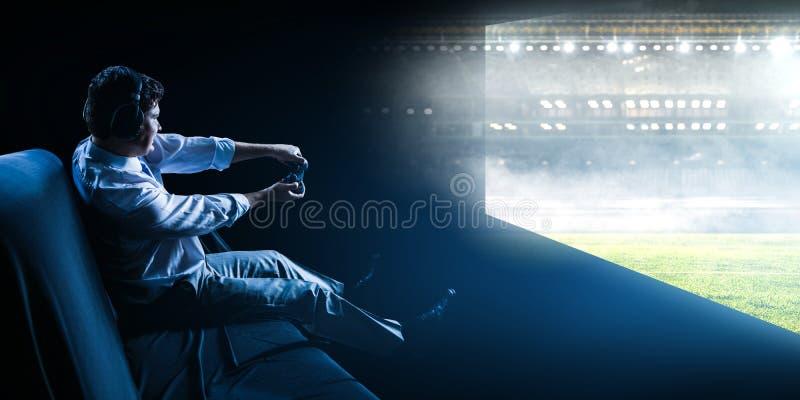 Zakenman het spelen voetbalvideospelletje stock foto