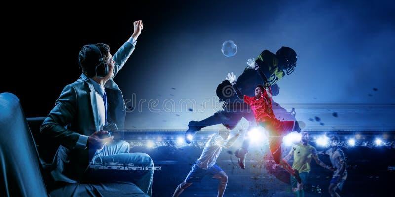 Zakenman het spelen voetbalvideospelletje stock foto's