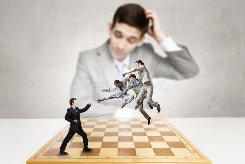 Zakenman het vechten op het schaakbord royalty-vrije stock foto