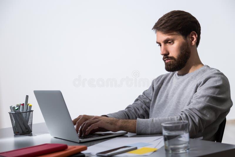 Zakenman het werk laptop kant stock afbeelding