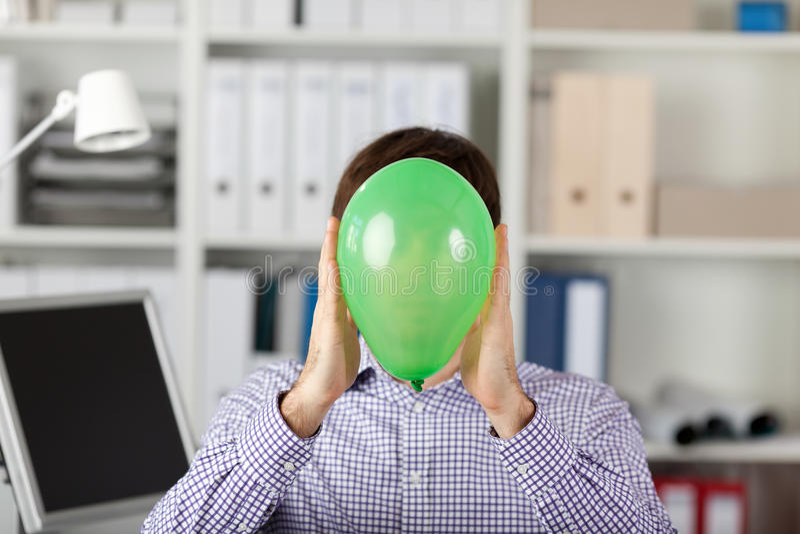 Zakenman Holding Balloon In Front Of Face stock afbeeldingen