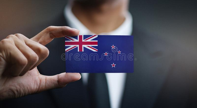 Zakenman Holding Card van de Vlag van Nieuw Zeeland royalty-vrije stock foto