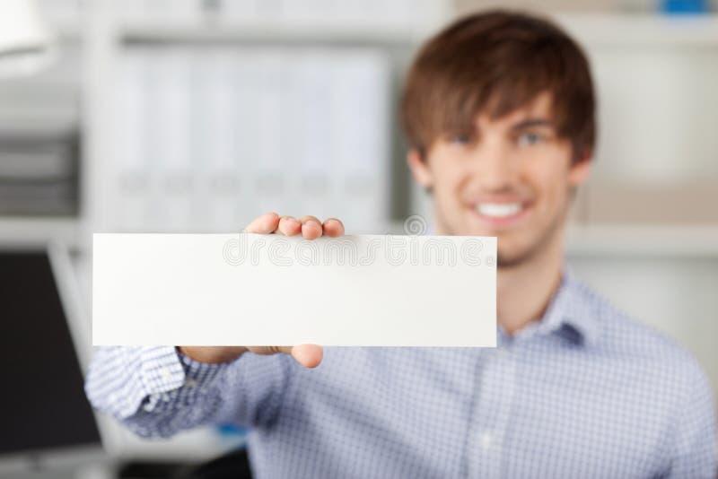 Zakenman Holding een Witboek stock fotografie