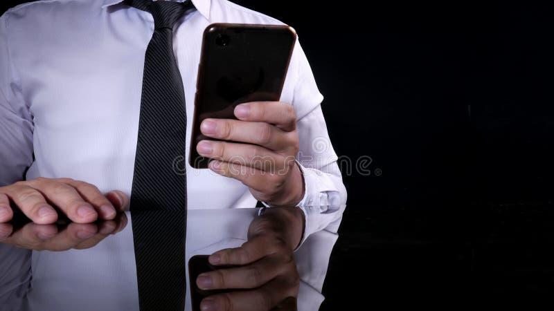 Zakenman Holding en het Gebruiken van Smartphone stock foto