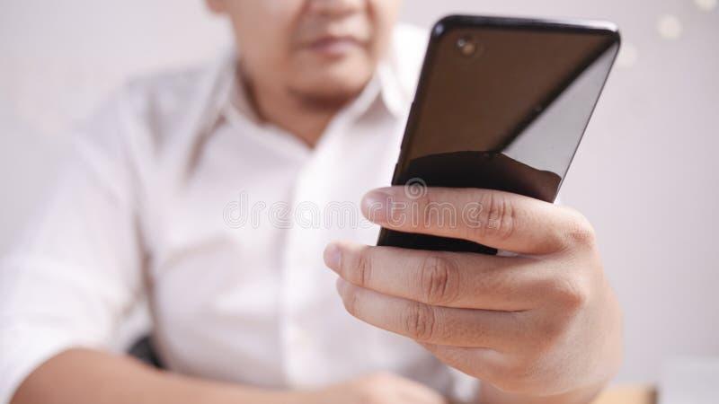 Zakenman Holding en het Gebruiken van Smartphone royalty-vrije stock foto's