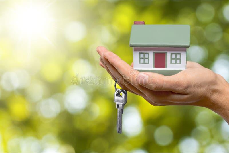 Zakenman Holding House Model en Echte Sleutels, royalty-vrije stock afbeelding
