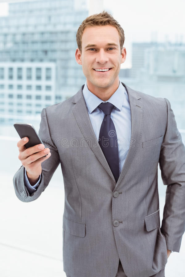 Zakenman Holding Mobile Phone in Bureau royalty-vrije stock foto